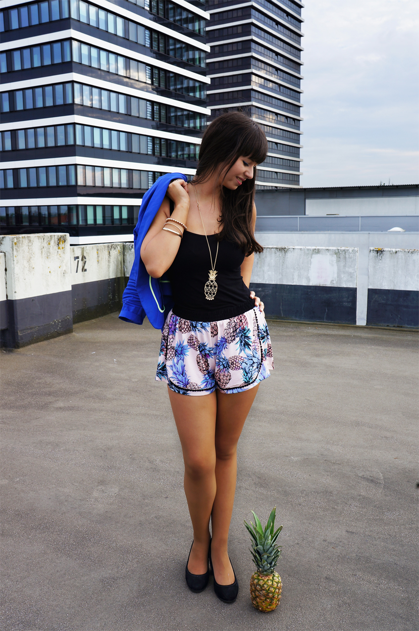 InLoveWithAPineapple_Blue_Fashion_Outfit_Ananas_Hamburg_BelleMelange_01