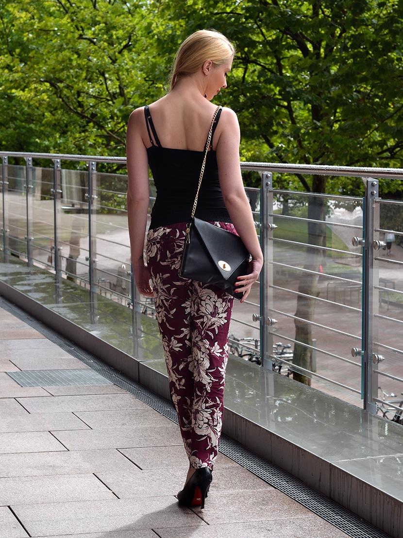Black-Summer_Belle-Melange-Blog-Outfit-Top-schwarz-Blumen-Hose-Zara-6