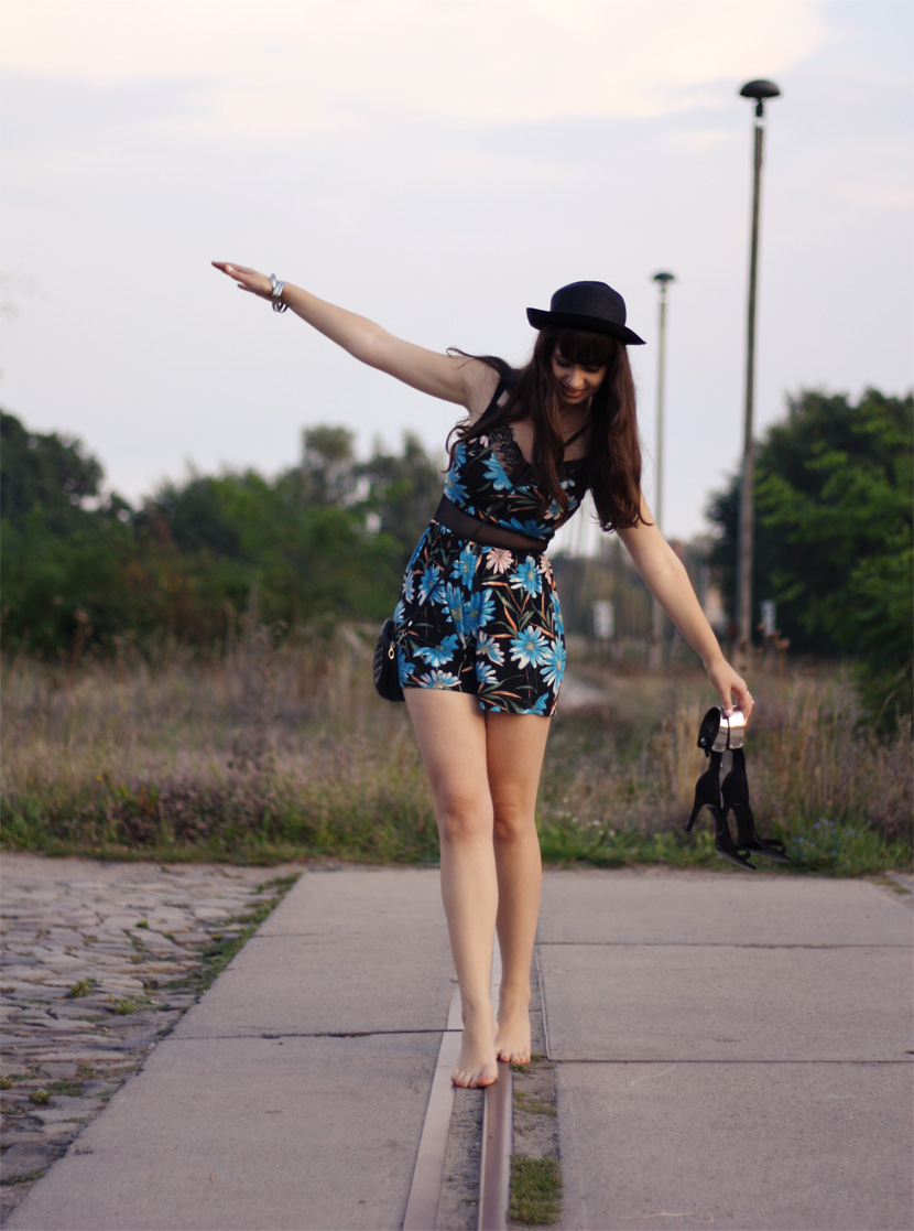 LastTrainToParadise_Fashion_Outfit_FlowerJumsuit_Overall_ASOS_Spitze_BelleMelange_01