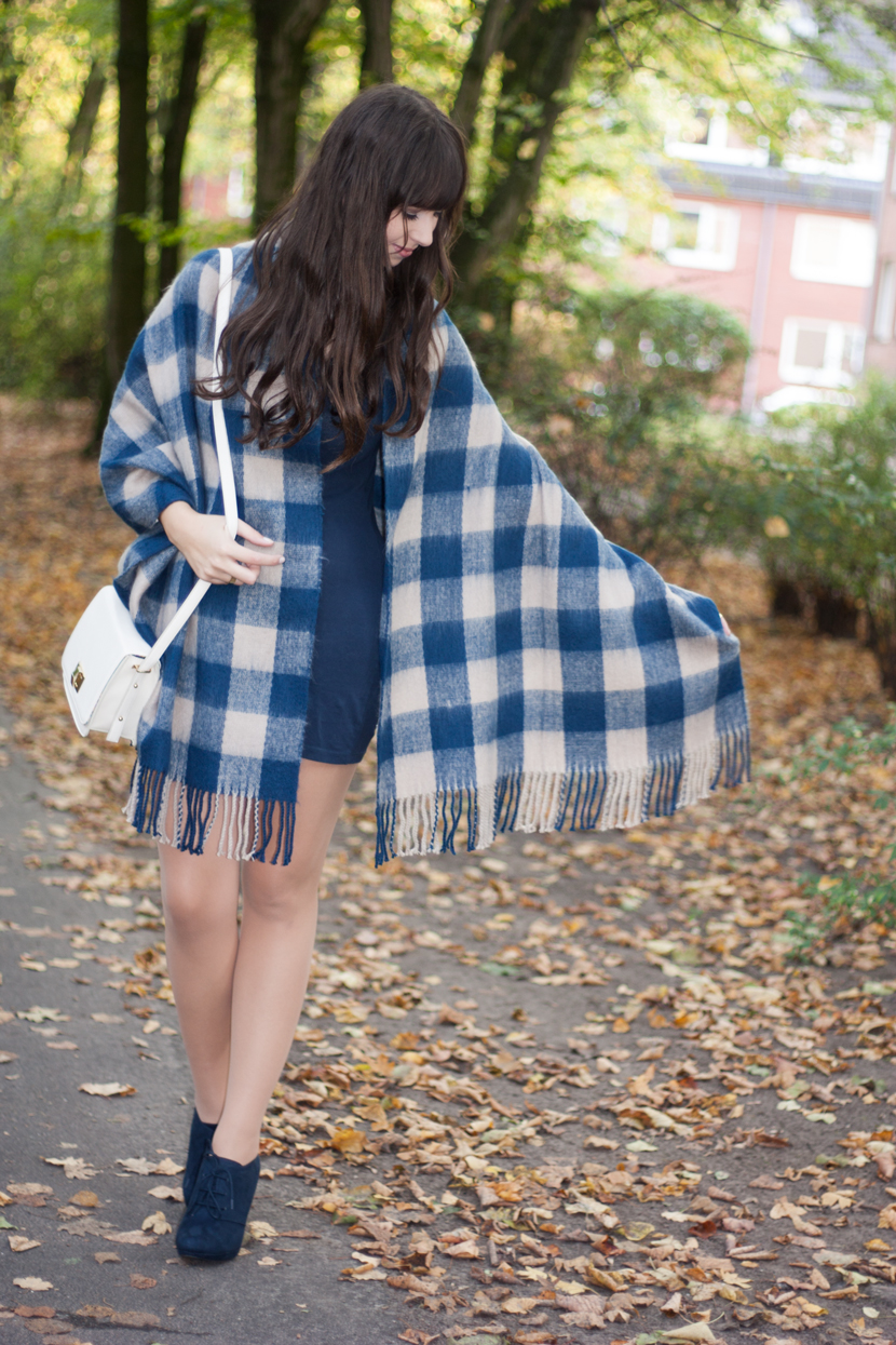 AutumnBlues_Outfit_Fashion_Pieces_Cape_Schal_Karomuster_BelleMelange_01