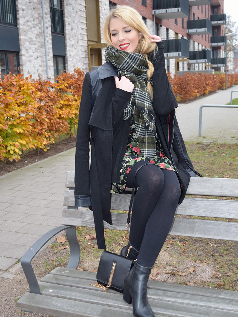 Blog-Belle-Melange_Fashion_Outfit_Weihnachtsstern_Blüten-Kleid-Mango_schwarz-Boots_6