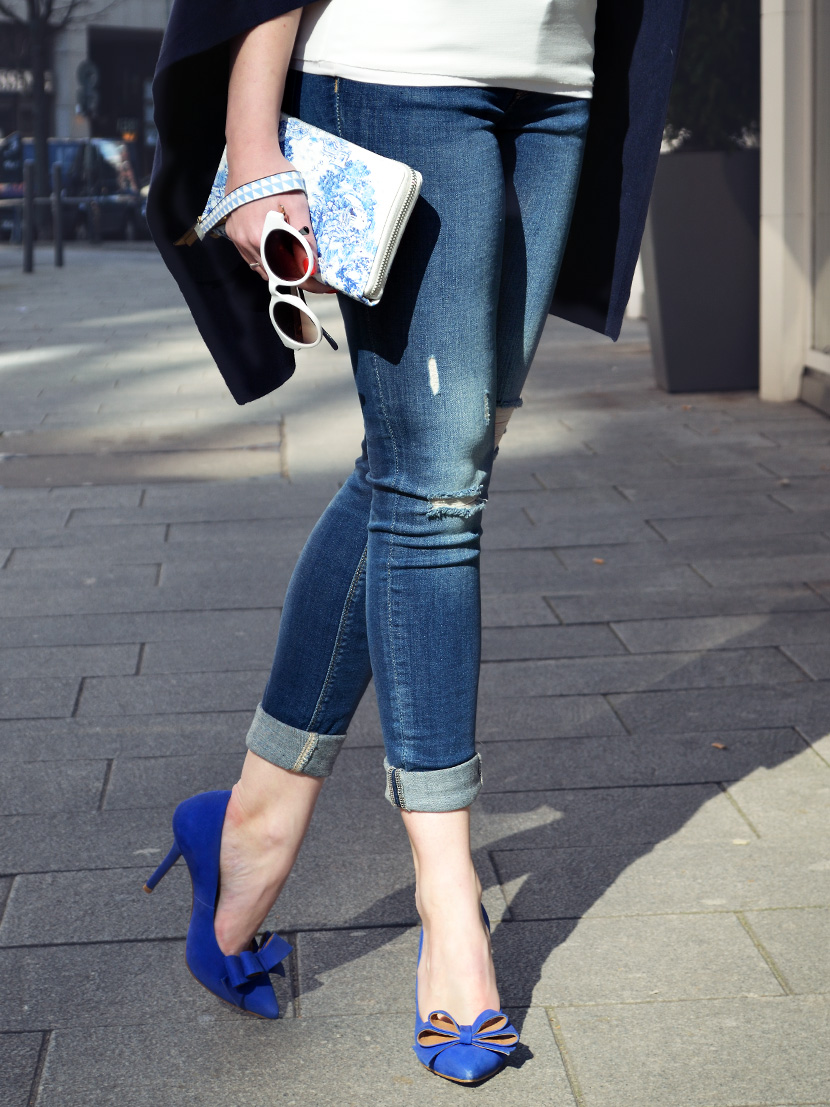Blue-Ribbon_Belle-Melange_Blog_Outfot_Fashion_Blue_Ripped-Jeans_Poncho_blaue_Schleifen-Pumps_6