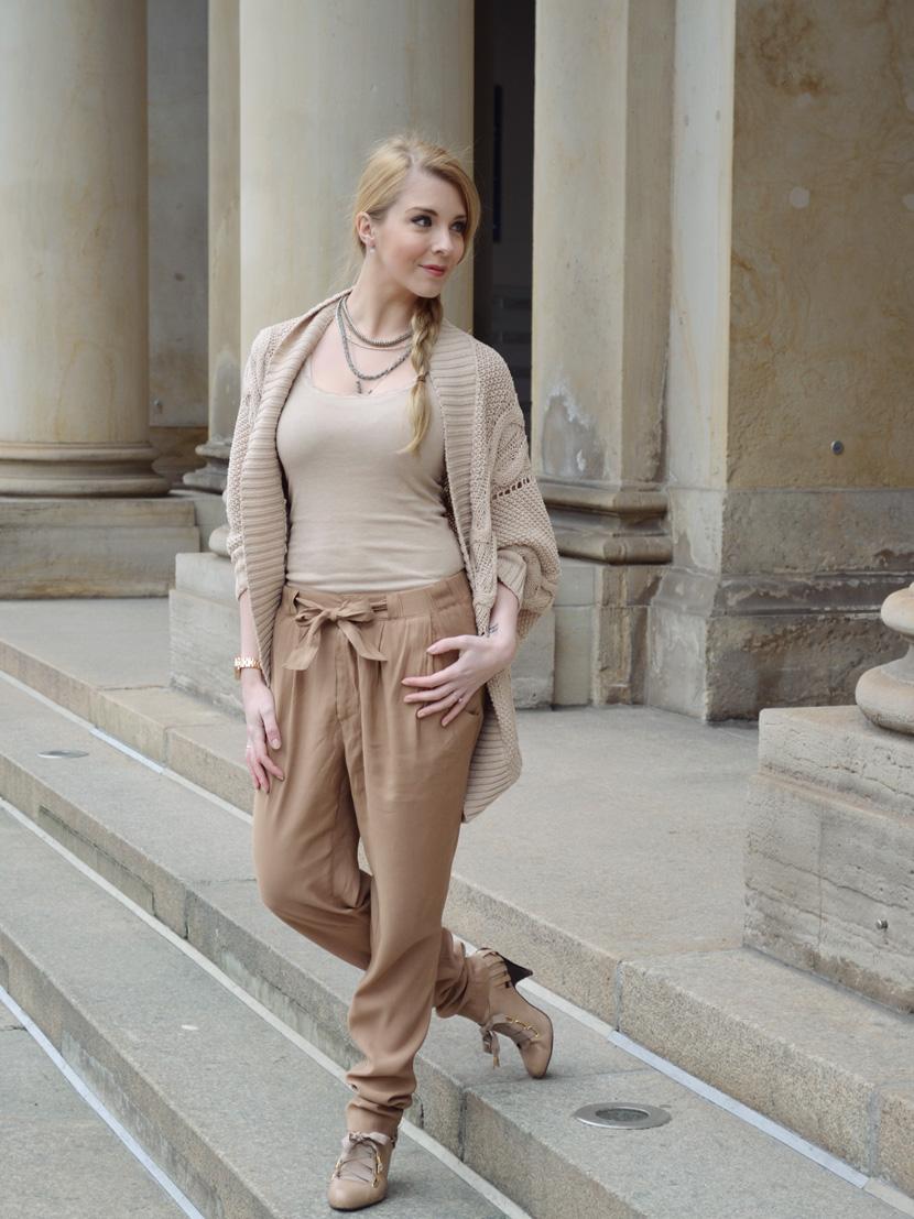 Caramel-for-Spring_Blog_Belle-Melange_Oversize-Strick-Cardigan_Stoffhose_1