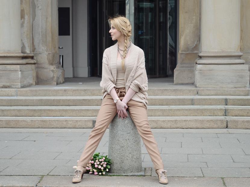 Caramel-for-Spring_Blog_Belle-Melange_Oversize-Strick-Cardigan_Stoffhose_11