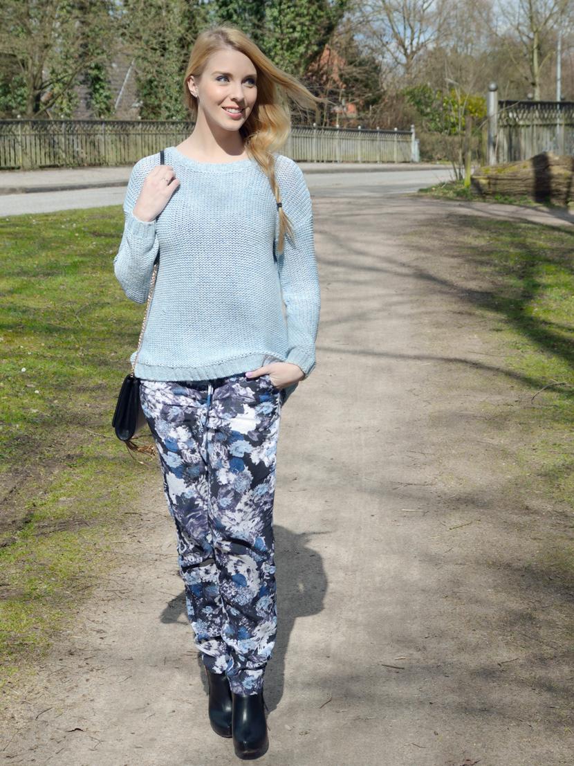 Wie-Es-Euch-Gefällt_Blog_Belle-Melange_Outfit_Fashion_Blumen_Stoffhose_Strickpullover_1