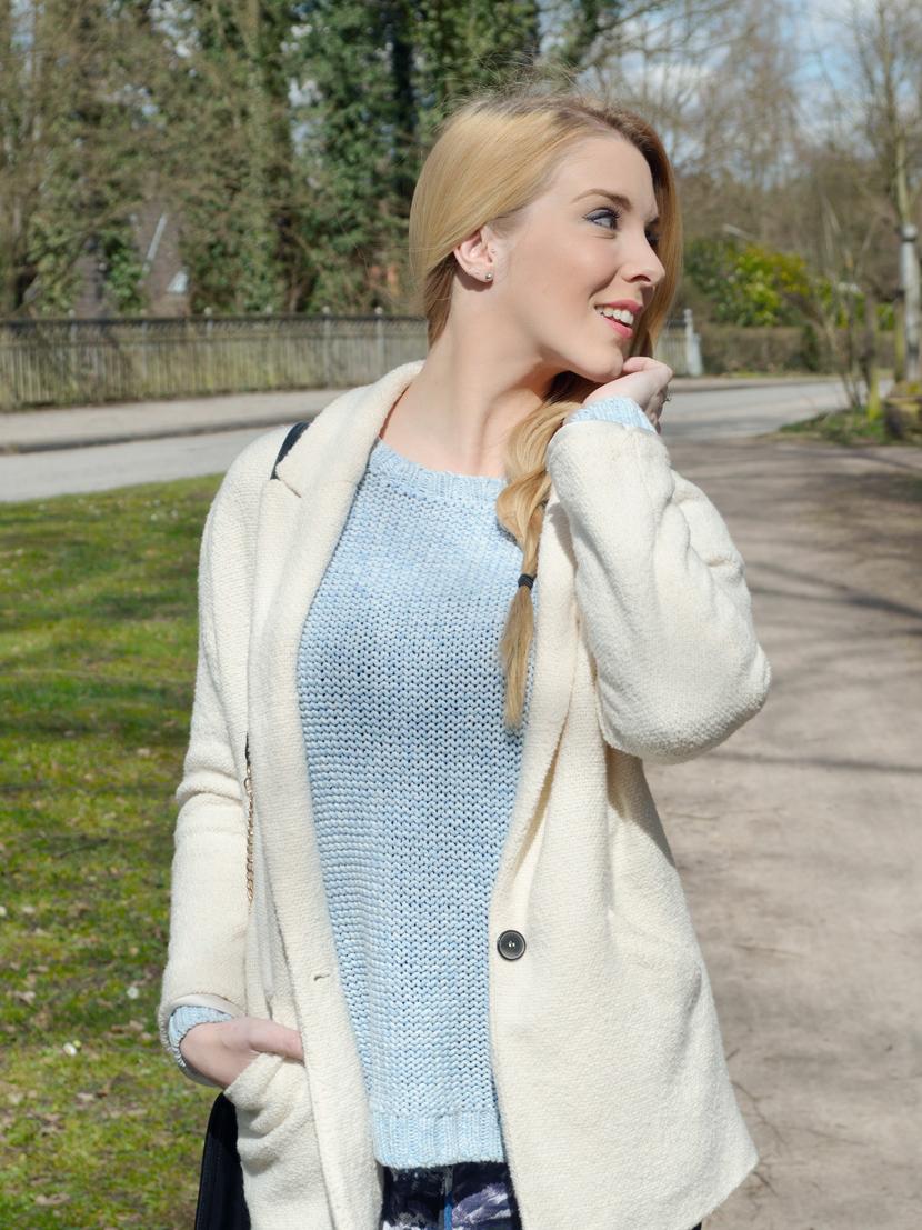Wie-Es-Euch-Gefällt_Blog_Belle-Melange_Outfit_Fashion_Blumen_Stoffhose_Strickpullover_2
