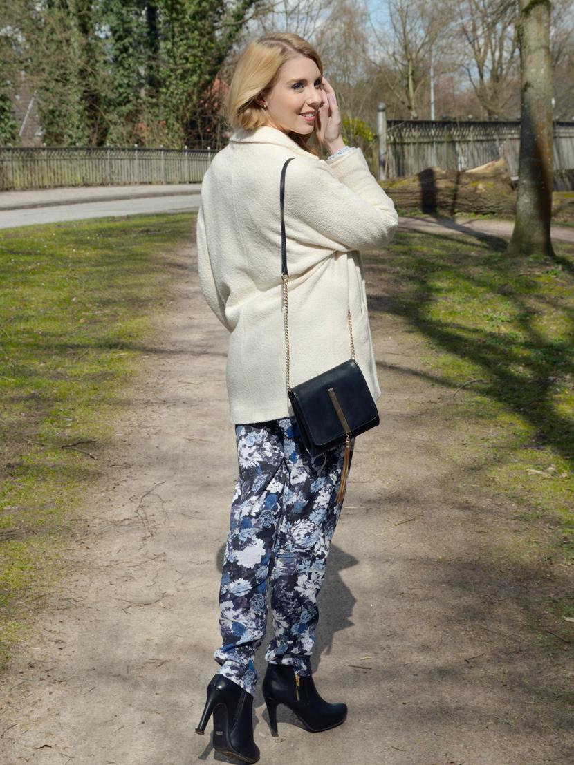 Wie-Es-Euch-Gefällt_Blog_Belle-Melange_Outfit_Fashion_Blumen_Stoffhose_Strickpullover_5