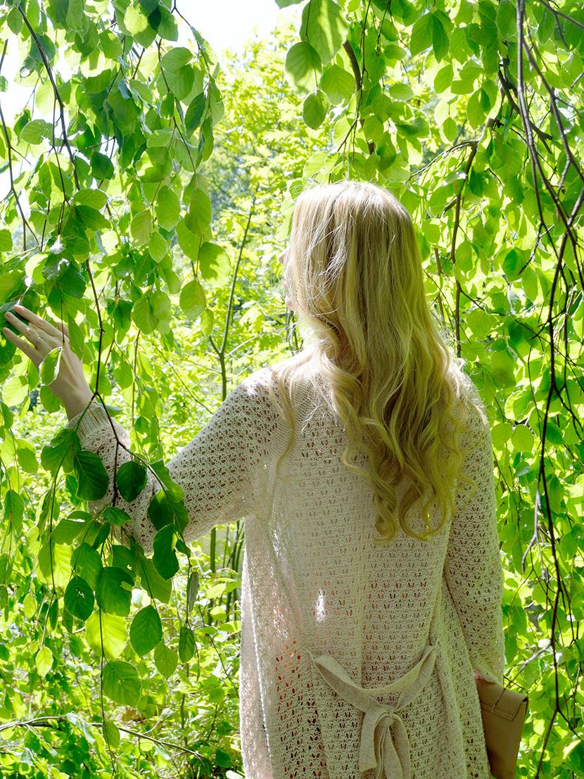 Blog_Belle-Melange_Satin-Flowers_Outfit_Fashion_Seiden_Blumen_Hose_Strick-Cardigan-6