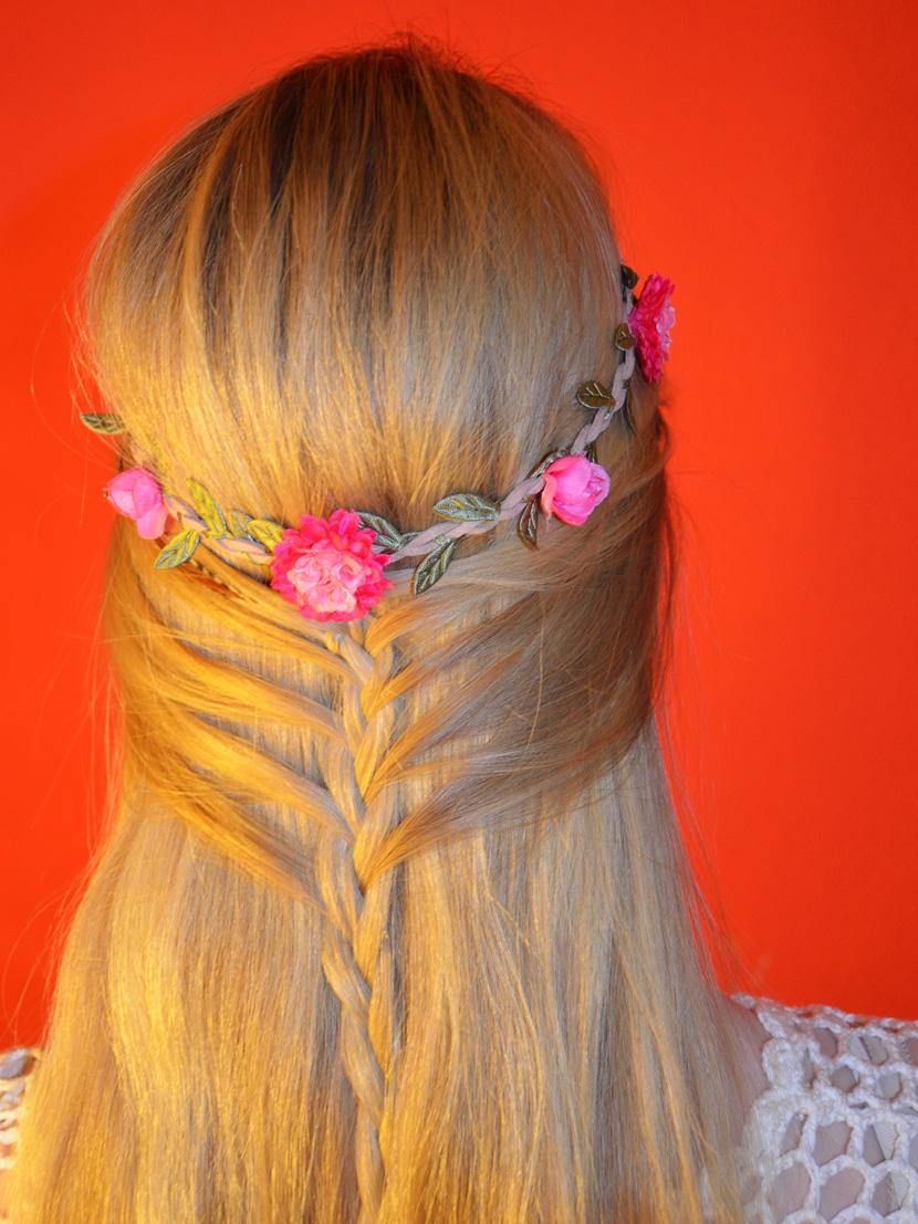 Flower-Boho-Hair_Blog_Belle-Melange_Blumenhaarband_geflochten_lange-Haare-halb-offen_3