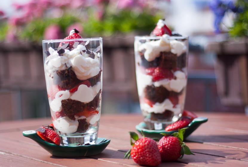 StrawberryBrownieDessert_Erdbeeren_Rezept_Glas_Fruechte_BelleMelange_08