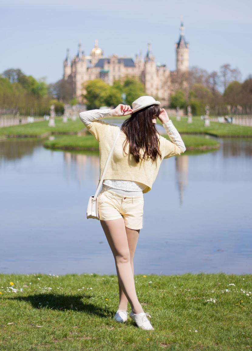 SunnyDay_YellowWhite_Schwerin_Ootd_BelleMelange_05