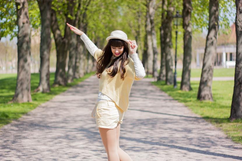 SunnyDay_YellowWhite_Schwerin_Ootd_BelleMelange_08