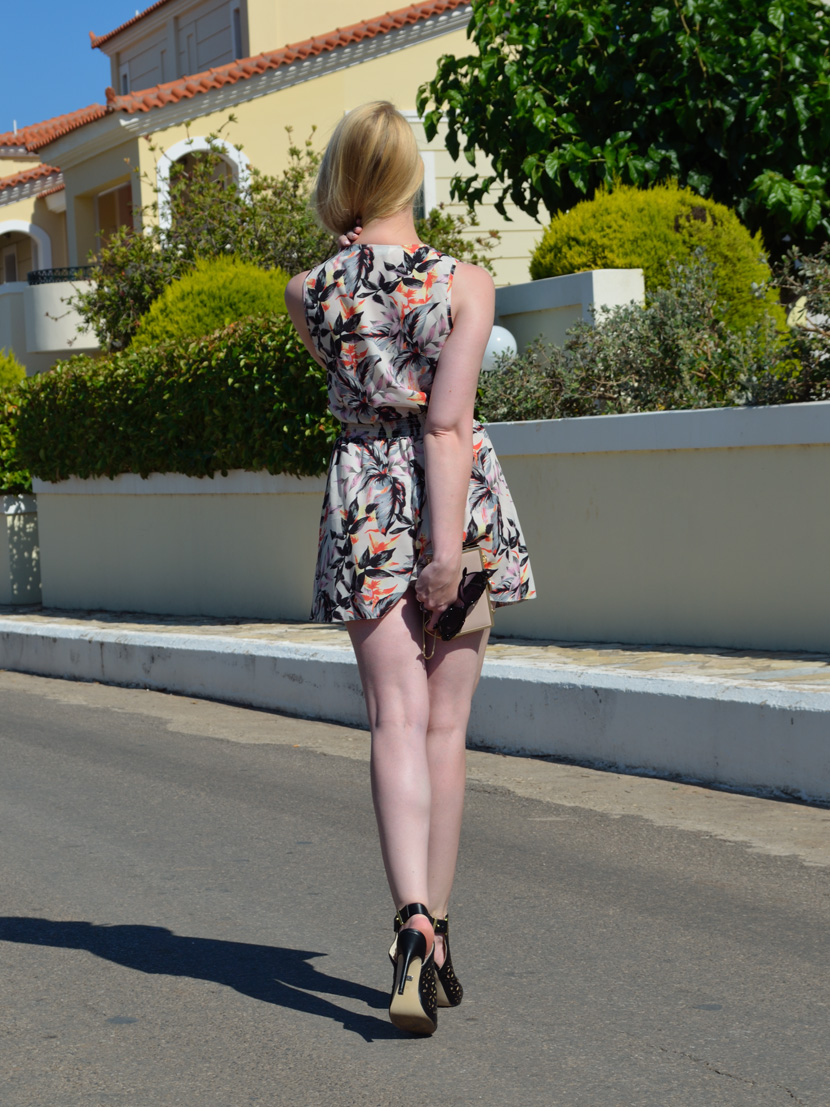 Sunny-Sixties_Belle-Melange_Blog_Fashion_Outfit_Jumpsuit_Flowerprint_Sonnenbrille_Cut-Out_Heels_10